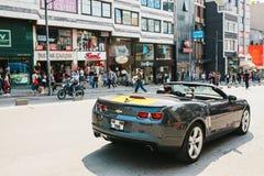 伊斯坦布尔, 2017年6月14日:背面图-未认出的司机在黑色开放薛佛列轮子坐街道  免版税库存照片