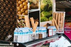 伊斯坦布尔, 2017年6月16日:街道货摊在奶蛋烘饼垫铁和水中的卖快餐在塑料瓶在晴天 手工制造 免版税库存图片