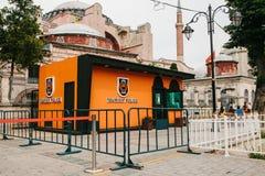 伊斯坦布尔, 2017年6月17日:警察局旅游业警察在Sultanahmet在伊斯坦布尔,土耳其摆正 保护和 库存图片
