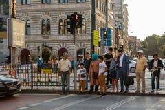 伊斯坦布尔, 2017年6月15日:许多人民站立在红绿灯并且等待一个绿色红绿灯信号 库存照片