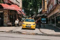 伊斯坦布尔, 2017年6月16日:黄色出租车在购物区 库存照片