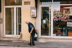 伊斯坦布尔, 2017年6月14日:一只家猫遇见返回与购买从商店一个年长人的所有者 图库摄影