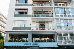 伊斯坦布尔, 2017年6月14日:一份普遍的意大利咖啡叫在一个公寓的二楼上的尼罗咖啡馆在的 免版税图库摄影