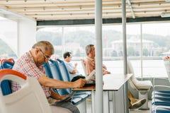 伊斯坦布尔, 2017年6月15日:人在渡轮里面的读书报纸 库存图片