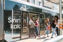 伊斯坦布尔, 2017年6月15日:人们离开地铁门并且一家附近的三星商店和独自地去 库存图片