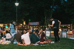 伊斯坦布尔, 2017年6月16日:伊斯兰教的宗教的许多人民在蓝色清真寺旁边采取在Sultanahmet广场的食物 免版税库存照片