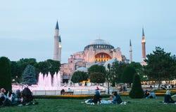 伊斯坦布尔, 2017年6月16日:伊斯兰教的宗教的许多人民在蓝色清真寺旁边采取在Sultanahmet广场的食物 图库摄影
