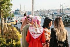 伊斯坦布尔, 2017年6月15日:传统服装的伊斯兰教的妇女互相沟通并且等待在的一辆出租汽车 库存图片