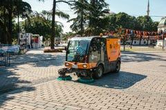 伊斯坦布尔, 2017年6月15日:使用清洁机器的街道管理员清扫和清洗边路瓦片 免版税库存照片