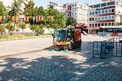 伊斯坦布尔, 2017年6月16日:使用清洁机器的街道管理员清扫和清洗边路瓦片 图库摄影