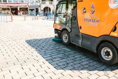 伊斯坦布尔, 2017年6月16日:使用清洁机器的街道管理员清扫和清洗边路瓦片 免版税库存图片
