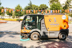 伊斯坦布尔, 2017年6月16日:使用清洁机器的街道管理员清扫和清洗边路瓦片 库存照片