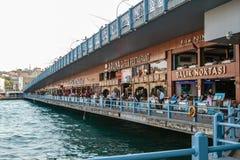 伊斯坦布尔, 2017年6月15日:在加拉塔桥梁下的餐馆 库存照片