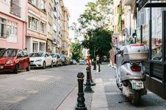 伊斯坦布尔, 2017年6月14日:在路下的Pespective视图在有停放的车的段落街道上在Kadikoy区 库存图片