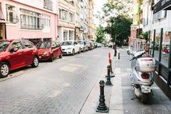 伊斯坦布尔, 2017年6月14日:在路下的Pespective视图在有停放的车的段落街道上在Kadikoy区 库存照片