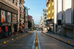 伊斯坦布尔, 2017年6月11日:在路下的Pespective视图在没有交通的段落街道上在阿克萨赖,法提赫 免版税库存图片