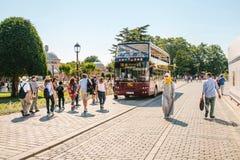 伊斯坦布尔, 2017年6月15日:带走乘客的旅游观光的公共汽车在中止在Sultanahmet广场 免版税图库摄影