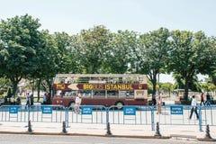 伊斯坦布尔, 2017年6月15日:带走乘客的旅游观光的公共汽车在中止在Sultanahmet广场 免版税库存照片