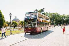 伊斯坦布尔, 2017年6月16日:带走乘客的旅游观光的公共汽车在中止在Sultanahmet广场 免版税库存照片