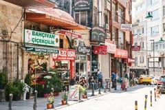伊斯坦布尔, 2017年6月15日:有各种各样的商店的购物区 Sultanahmet区 免版税库存照片