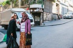 伊斯坦布尔, 2017年6月11日:聊天在街道上的两名年长妇女 生活方式,地道 白天场面 免版税库存照片