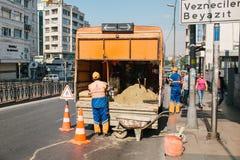 伊斯坦布尔, 2017年7月11日:路工作者 在路的路锥体 角度蓝色路标色彩视图宽 在伊斯坦布尔街道上的道路工程在土耳其 库存图片