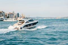 伊斯坦布尔, 2017年6月15日:速度小船沿Bosphorus的大海航行以欧洲人为背景 库存照片