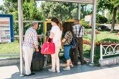 伊斯坦布尔, 2017年6月15日:购买公共汽车票的人在地下地铁的中止 库存图片