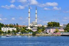 伊斯坦布尔, Kadikoy码头 协议HaydarpaÅŸa清真寺 库存照片