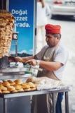 伊斯坦布尔, TURKEY-APRIL 9 :切小牛肉肉Doner Ke的土耳其厨师 库存图片