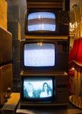伊斯坦布尔,Istiklal街/土耳其16 4 2019年:老经典减速火箭的电视,古色古香的收藏 免版税库存图片