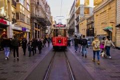 伊斯坦布尔,Istiklal街/土耳其- 04 04 2019年:Istiklal街偶象电车铁路,明亮的天春天 免版税库存图片