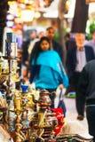 伊斯坦布尔- 11月, 22 :在盛大义卖市场之外的纪念品店与 免版税库存照片