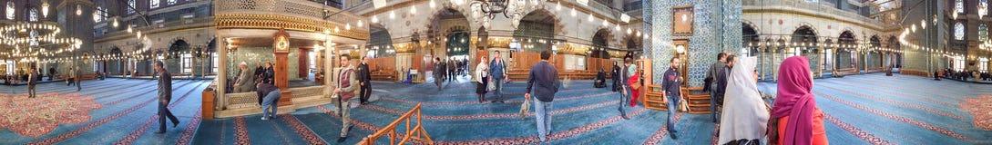 伊斯坦布尔- 2014年10月:游人参观蓝色清真寺 伊斯坦布尔在 库存照片