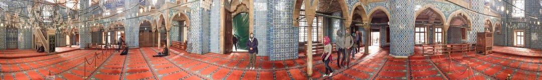 伊斯坦布尔- 2014年10月:游人参观蓝色清真寺 伊斯坦布尔在 库存图片