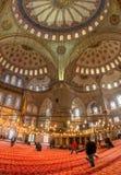 伊斯坦布尔- 11月20 :蓝色清真寺的内部在伊斯坦布尔。诺韦 图库摄影