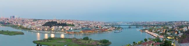 伊斯坦布尔从皮埃尔・洛蒂Teleferik驻地在黄昏时间, Eyup区,伊斯坦布尔,土耳其的市视图 库存图片