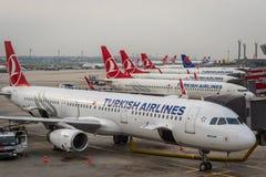伊斯坦布尔Atatà ¼有土耳其航空航空器的rk机场 库存照片