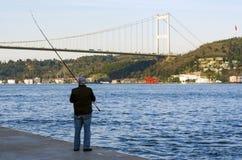 伊斯坦布尔bosphorus,有鱼狩猎的钓鱼竿 免版税库存图片