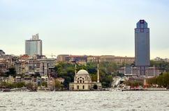 伊斯坦布尔Dolmabahce清真寺和Bosphorus视图 免版税库存图片