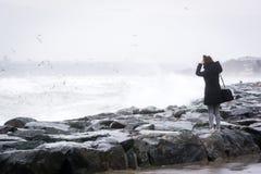 伊斯坦布尔dueÅ † g海岸的妇女风暴 免版税库存图片