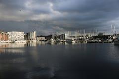 伊普斯维奇有暴风云的江边小游艇船坞 免版税图库摄影