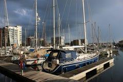 伊普斯维奇有暴风云的江边小游艇船坞 库存图片