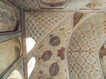 伊朗与美好的伊斯兰教的花卉设计的宫殿角落在天花板和墙壁 库存照片