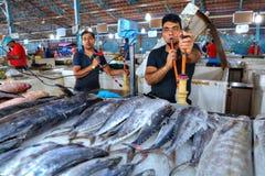 伊朗回教卖主在鱼市上抽水烟筒 图库摄影