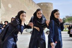 伊朗女小学生从卡里姆汗城堡游览回来了 库存照片