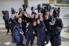伊朗女小学生获得乐趣在卡里姆汗城堡,设拉子附近, 免版税库存图片