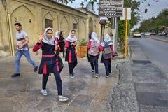 伊朗学童在学校,设拉子,伊朗以后回来在家 库存照片