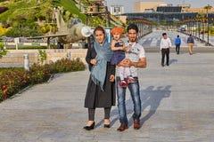 伊朗家庭在圣洁防御博物馆,德黑兰,伊朗走 库存照片