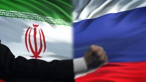 伊朗对俄罗斯交锋,国家分歧,在旗子背景的拳头 股票视频